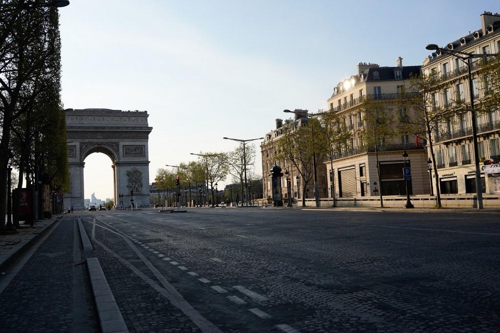 A teljesen üres Champs-Élysées Párizsban