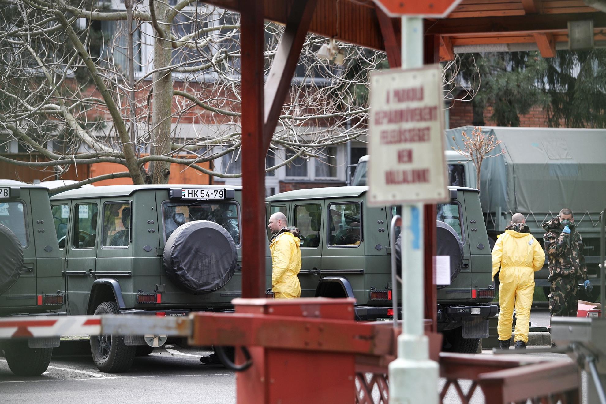 Megkezdték a katonák a fertőtlenítést a Pesti úti idősotthonban