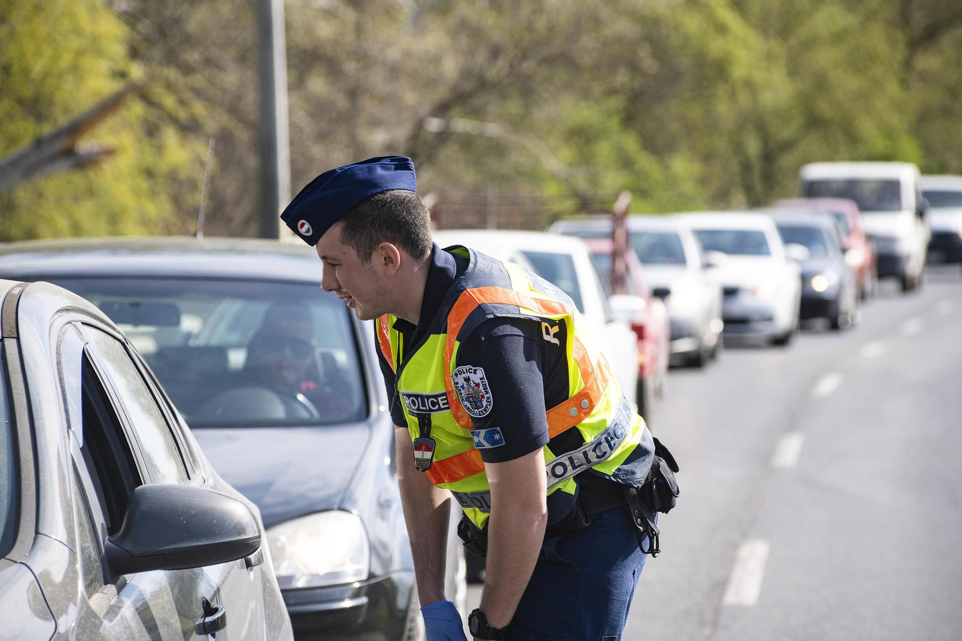 Rendőr autósokat ellenőriz a Tokaj és Rakamaz közötti Tisza-híd előtt