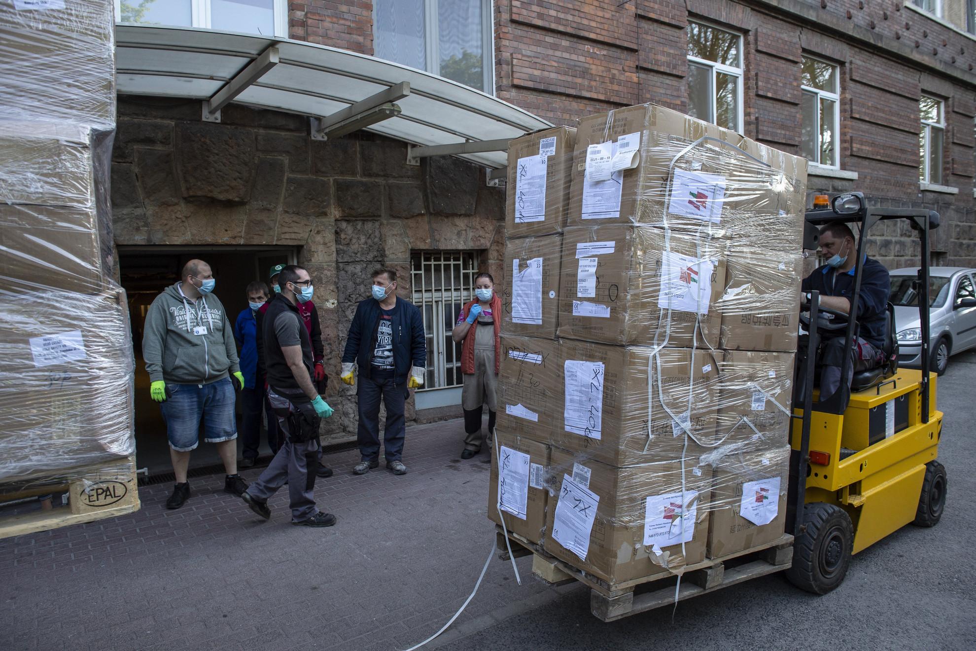 A koronavírus-járvány elleni védekezéshez szükséges egészségügyi védőeszközöket pakolják Budapesten, a Bajcsy-Zsilinszky Kórháznál