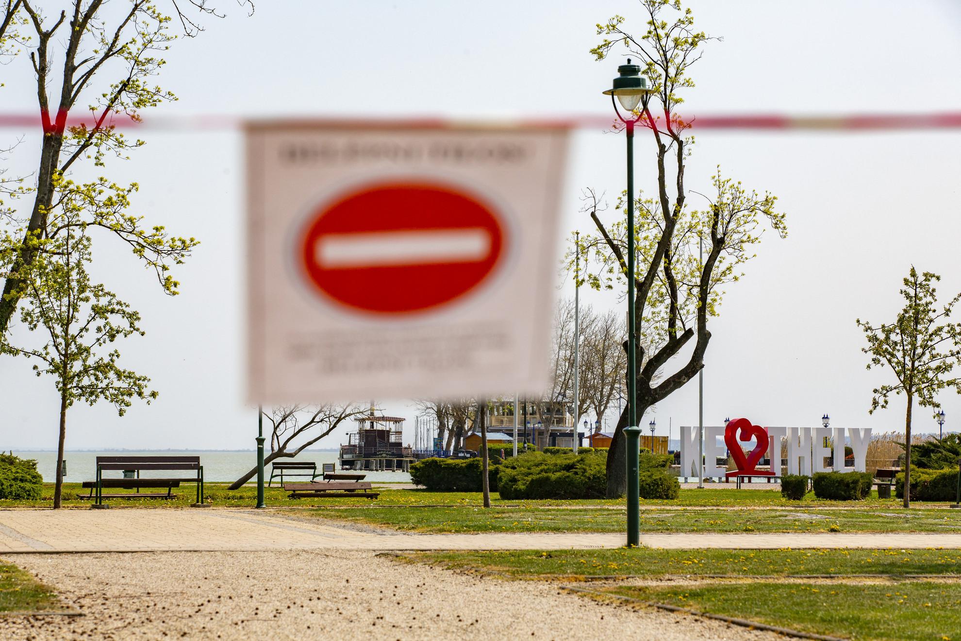 A lezárt Balaton-parti sétány Keszthelyen