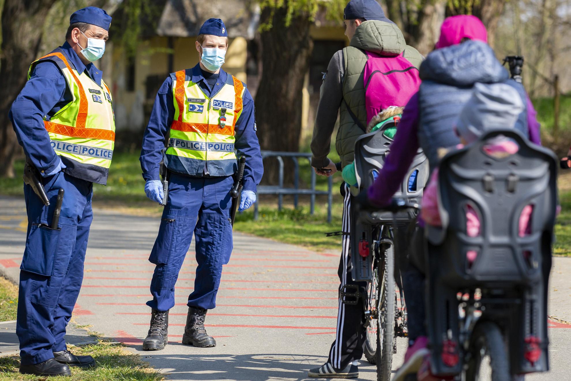 Rendőrök beszélgetnek kerékpárosokkal Kaposváron a Deseda-tó partján 2020. április 5-én
