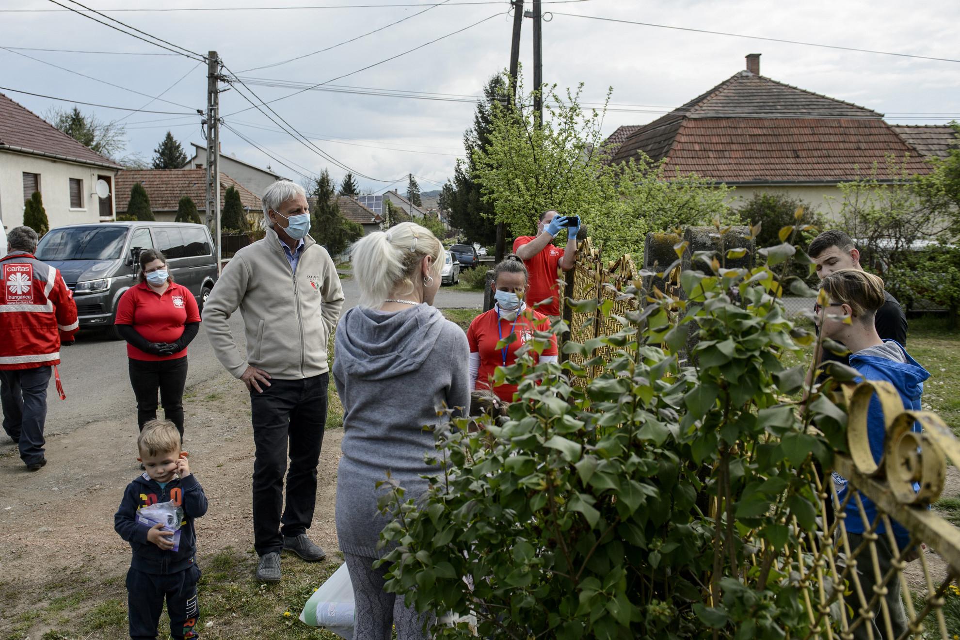 Soltész Miklós, a Miniszterelnökség egyházi és nemzetiségi kapcsolatokért felelős államtitkára, a Nemzeti Humanitárius Koordinációs Tanács (NHKT) elnöke (b4) a segélycsomagok átadása után egy családdal beszélget Pétervásárán 2020. április 30-án
