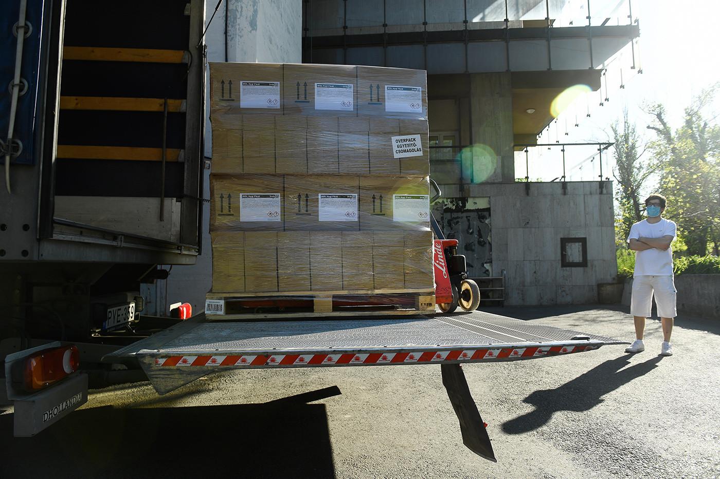 A Mol almásfüzitői üzemében a koronavírus-járvány elleni védekezés részeként gyártott folyadékból 1680 liter érkezett a Dél-Pesti Centrumkórház-Országos Hematológiai és Infektológiai Intézetébe