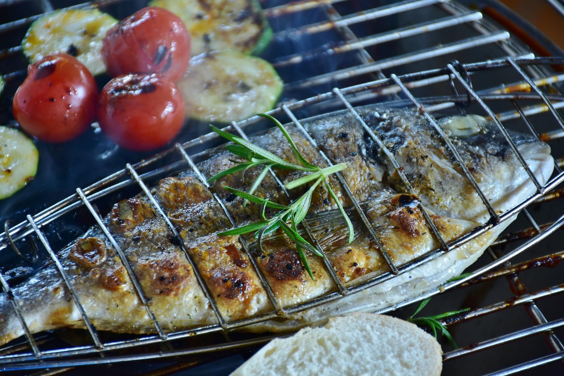 A grillezés zsírtakarékos technika, amelynél azonban ügyeljünk arra, hogy ne pirítsuk meg nagyon barnára a nyersanyagokat