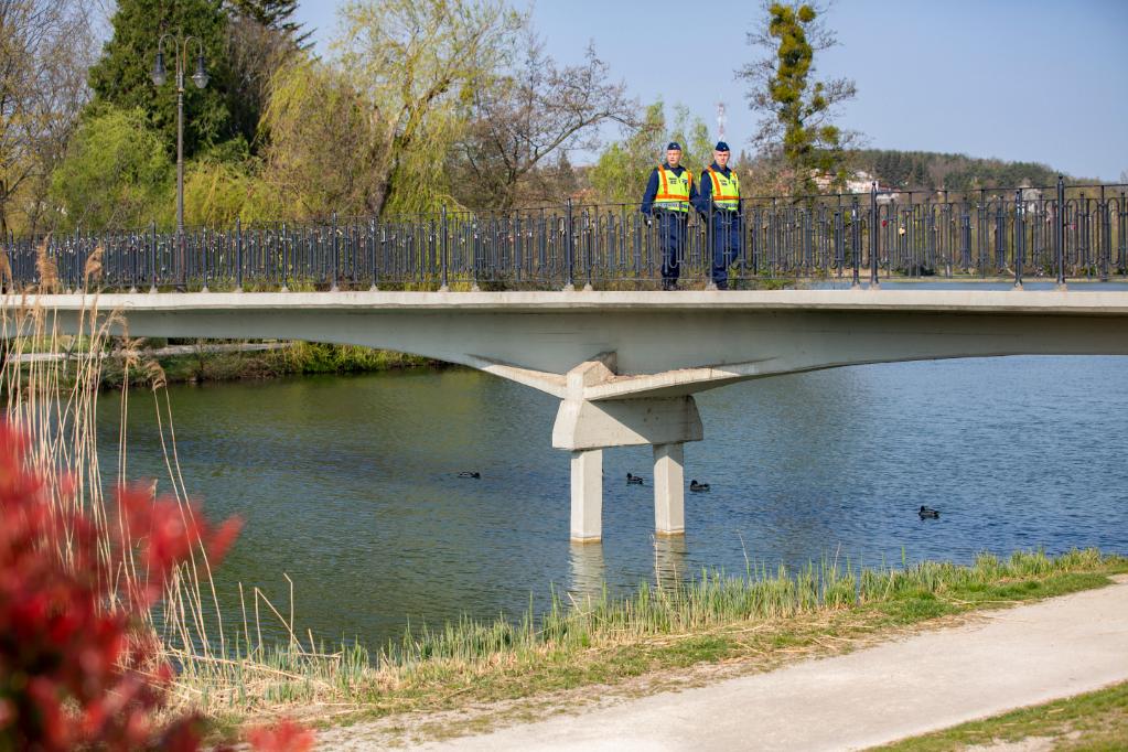 Rendőrök járőröznek Szombathelyen, a Csónakázó-tó hídján