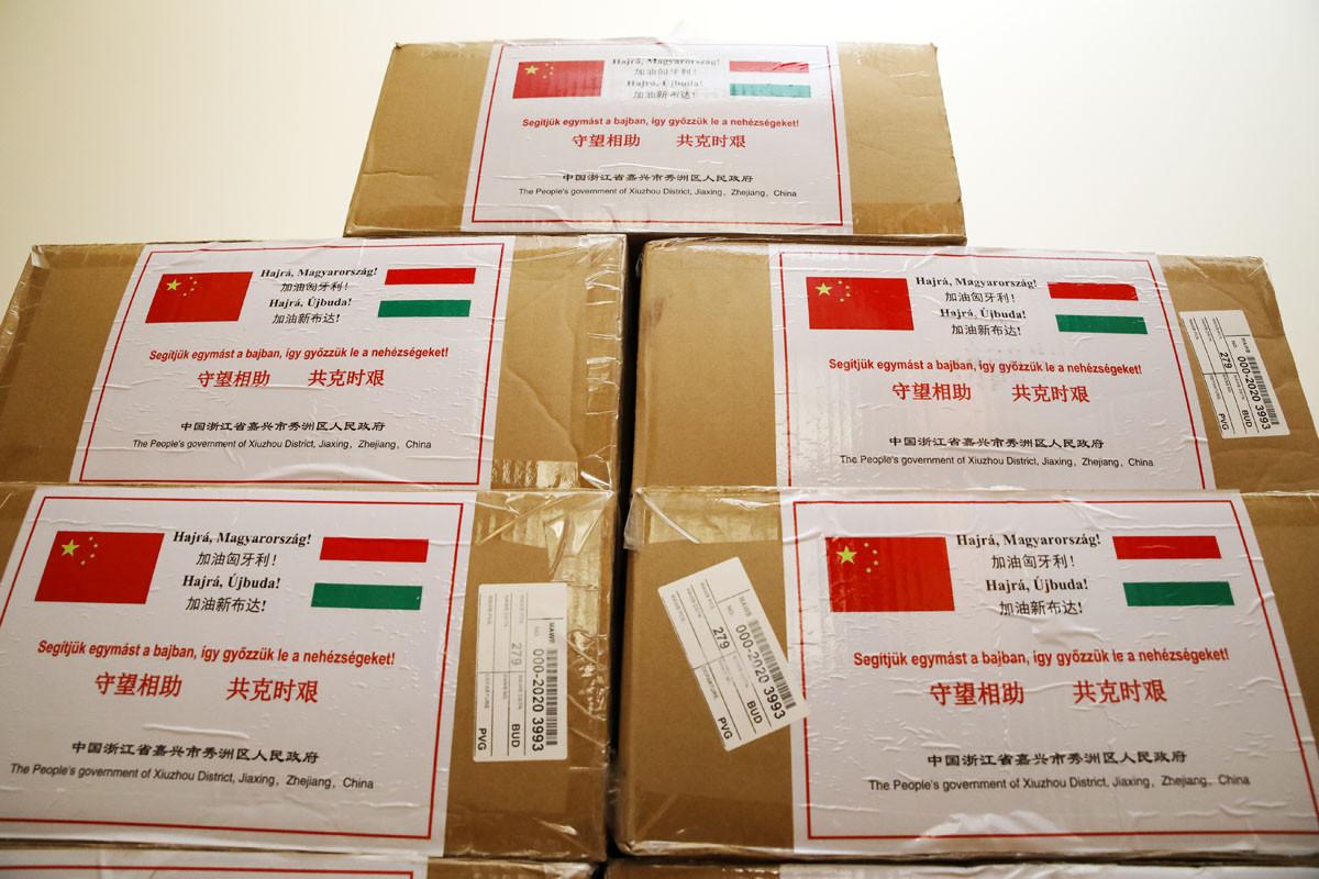 Védőfelszerelésekből érkezett Újbudára egy komolyabb csomagnyi adomány Xiuzhou-ból