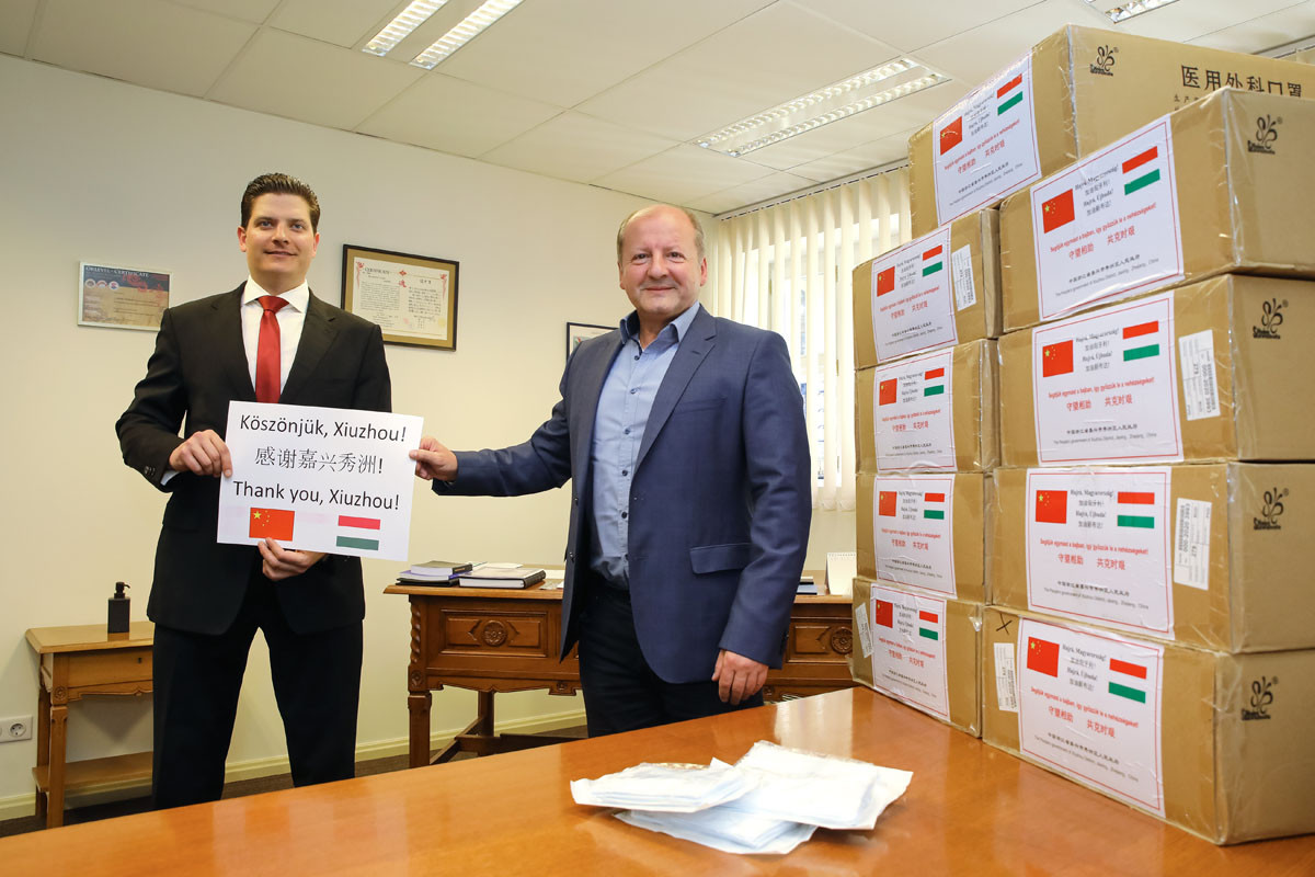 A maszkokat Simicskó István kormánybiztos (b), a kerület parlamenti képviselője adja át a legveszélyeztetettebb csoportoknak