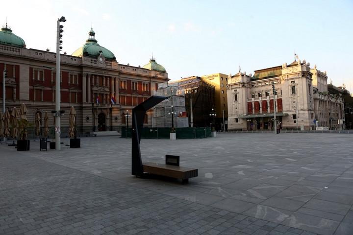 Dánia megnyitja az iskolákat, Szerbia háromnapos kijárási tilalmat vezet be