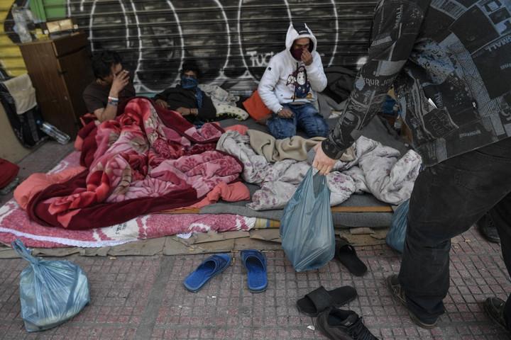Több ezer menedékkérőt szállítanak a görög szárazföldre a hatóságok