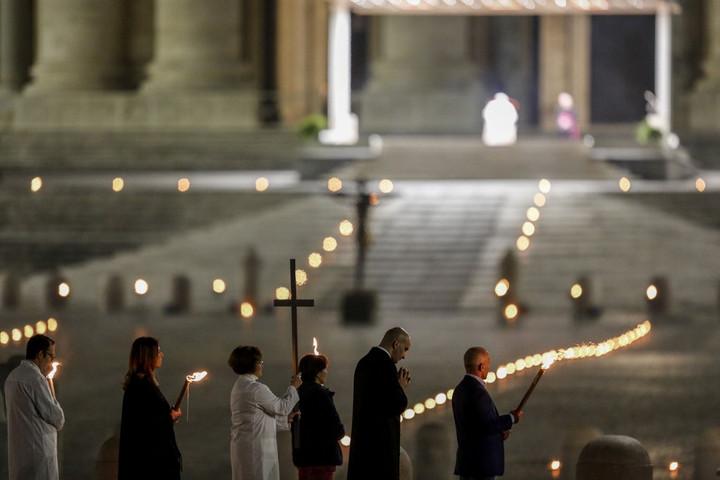 Orvos és fegyőr is vitte a keresztet az üres Szent Péter téren