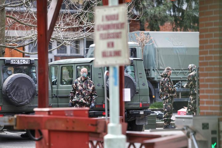 Megkezdték a katonák a vegyvédelmi mentesítést a Pesti úti idősek otthonánál