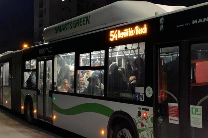 Miskolcon is tömött buszokon kell utaznia az embereknek