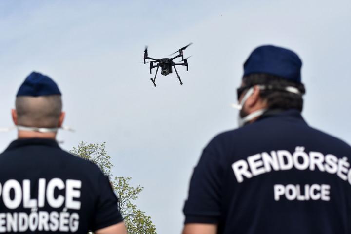 Drónnal ellenőrzik a kijárási korlátozás betartását Szolnokon