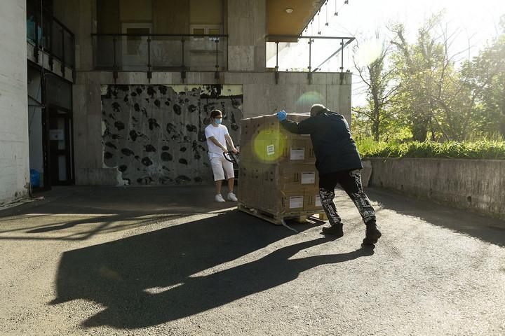Közel ötezer liter kéz- és felületfertőtlenítőt kapott két budapesti kórház