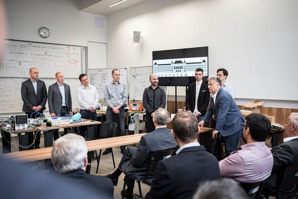 Orbán Viktor a hazai lélegeztetőgép-gyártásról tájékozódott