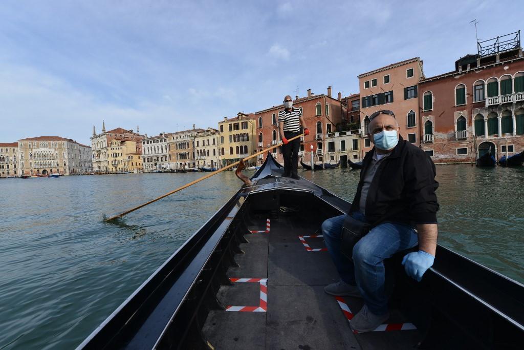 Fő a biztonság: Velencében a gondolás és az utasa is maszkot visel