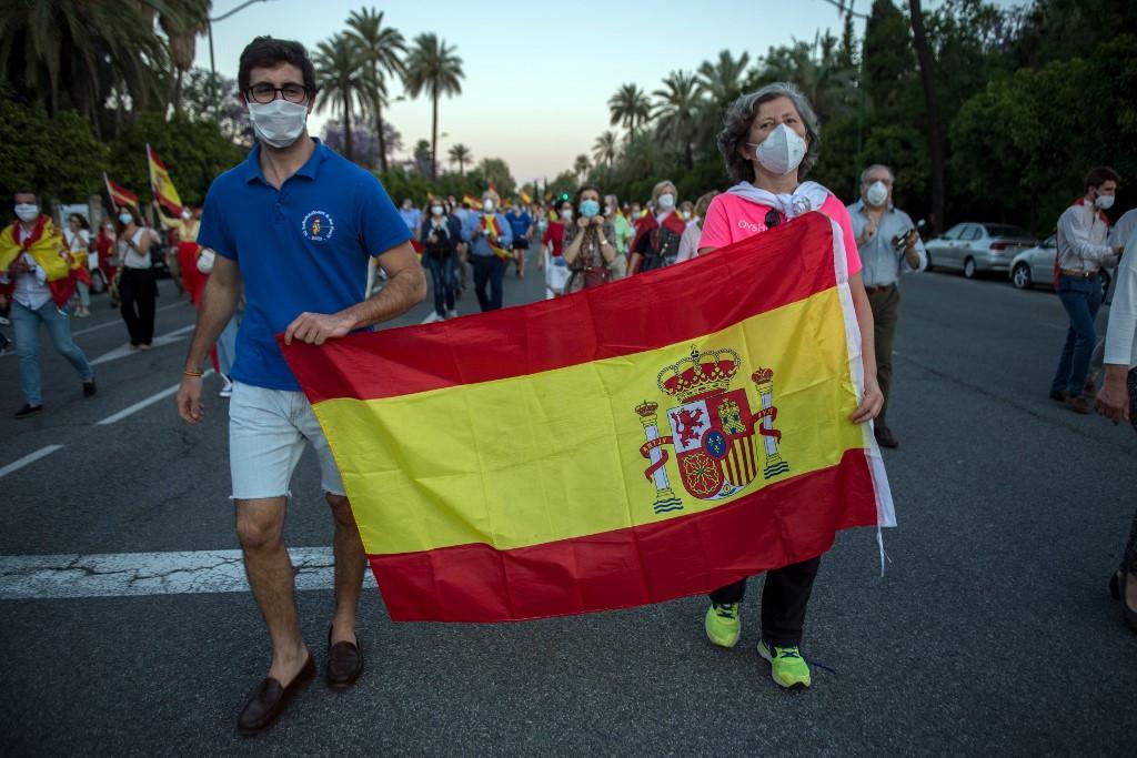 Maszkos tüntetők Sevillában: Spanyolországban sokan elégedetlenek a baloldali kormány járványkezelési módszereivel