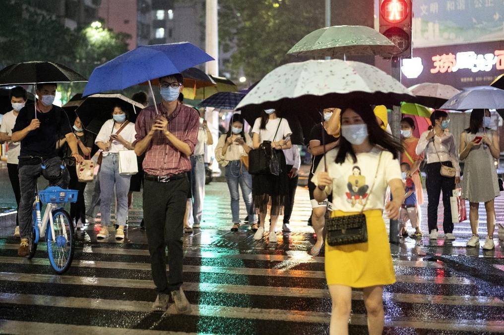 Maszkot viselő járókelők Kínában