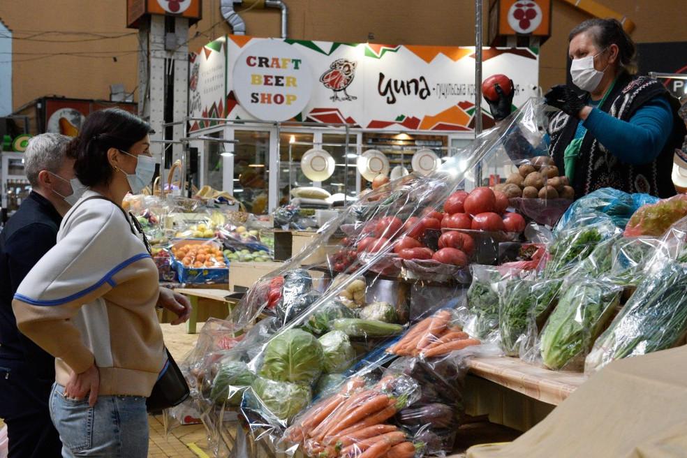 Vásárlók egy kijevi piacon