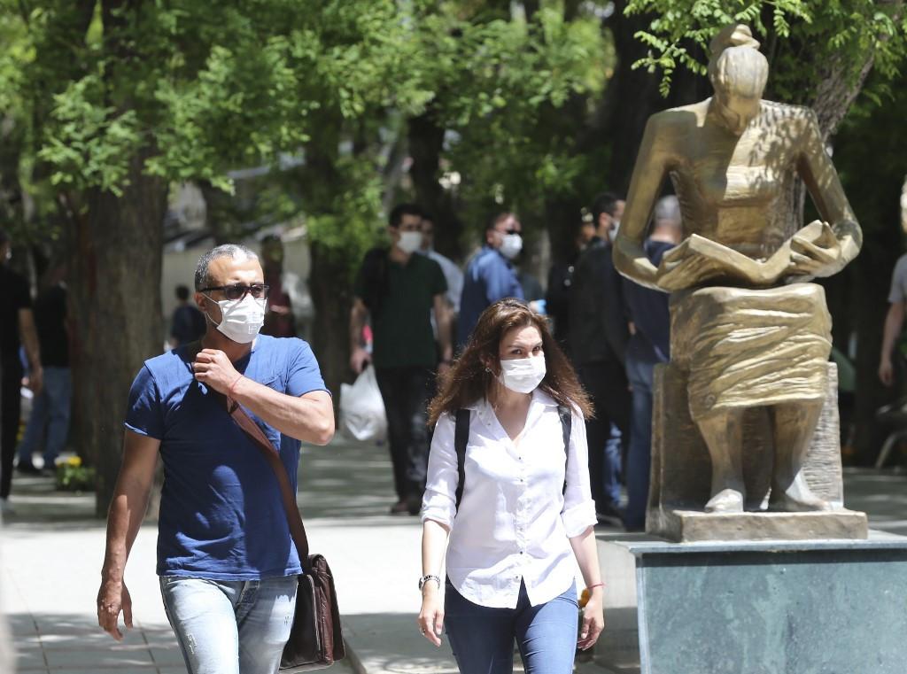 Maszkot viselő járókelők Ankarában
