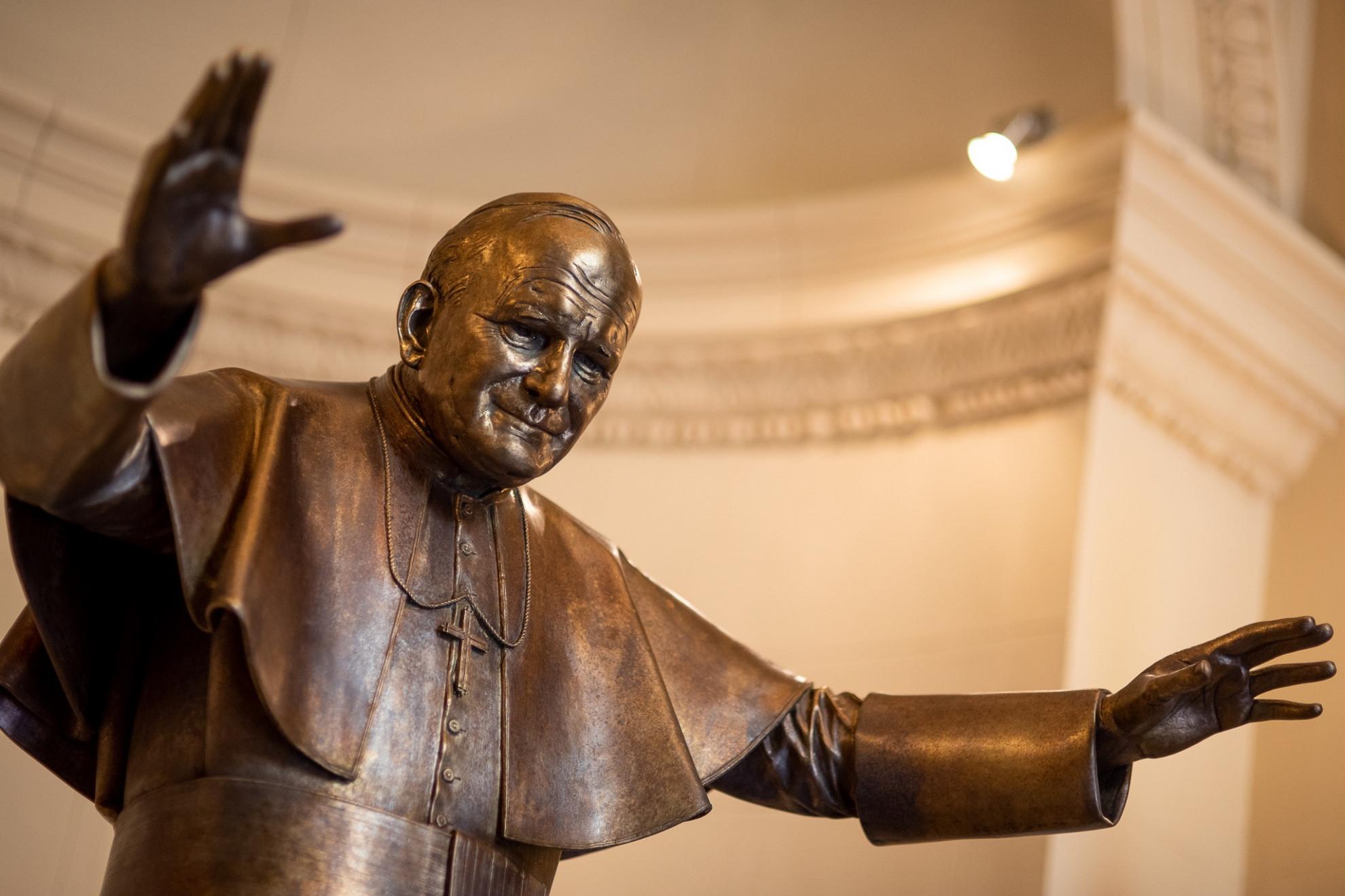 A pápa 1991. augusztus 20-án felkereste a szobrának mostantól otthont adó templomot is