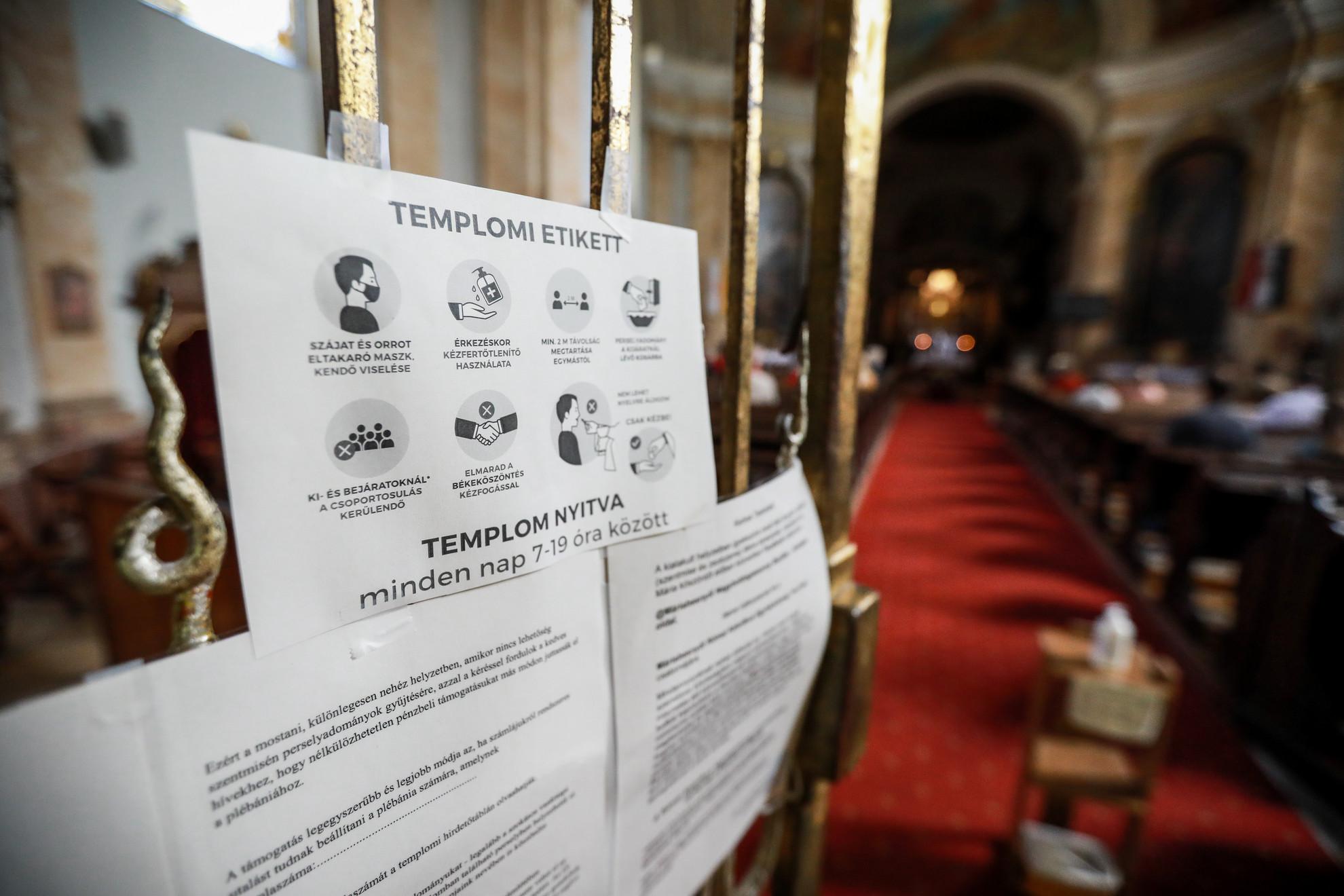 A templomokban az óvintézkedések betartásával védik a hívőket