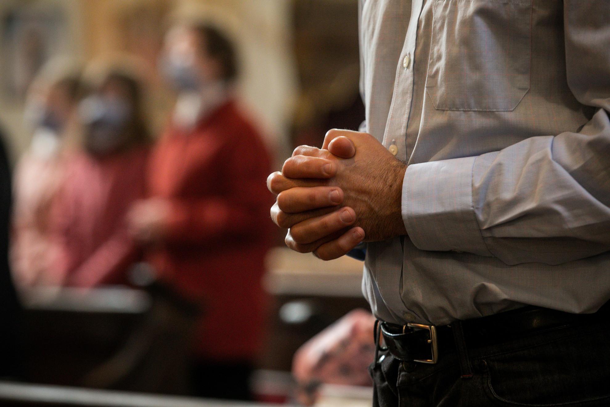 A templomokban az óvintézkedések betartásával védika hívőket