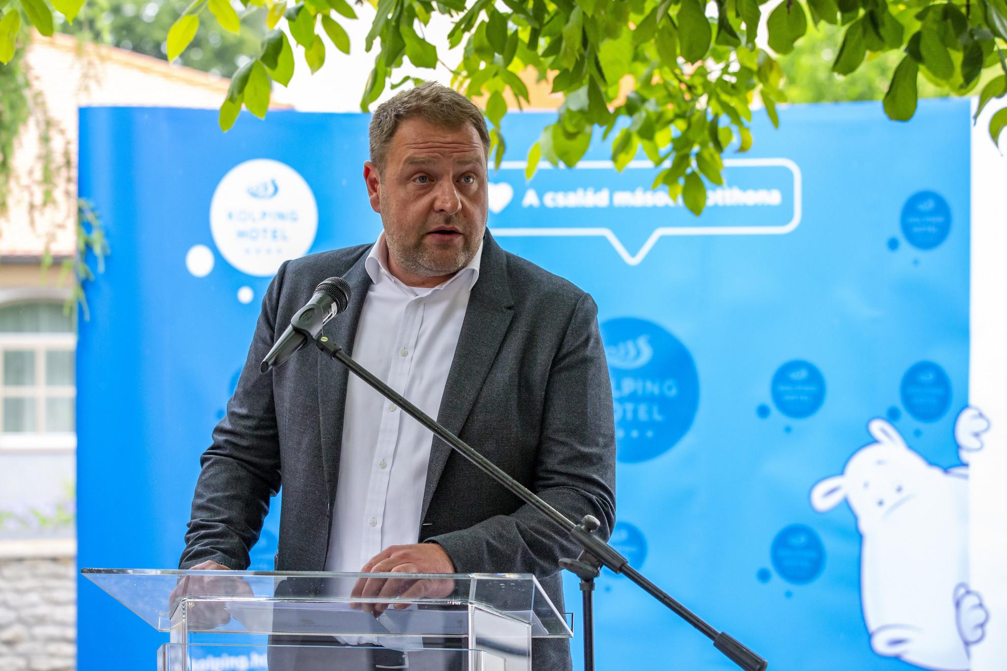 Guller Zoltán, a Magyar Turisztikai Ügynökség (MTÜ) vezérigazgatója beszédet mond a Kolping Hotel fejlesztéseinek átadása és a Bobo Fun Kalandpark ünnepélyes alapkőletétele alkalmából rendezett sajtótájékoztatón Alsópáhokon