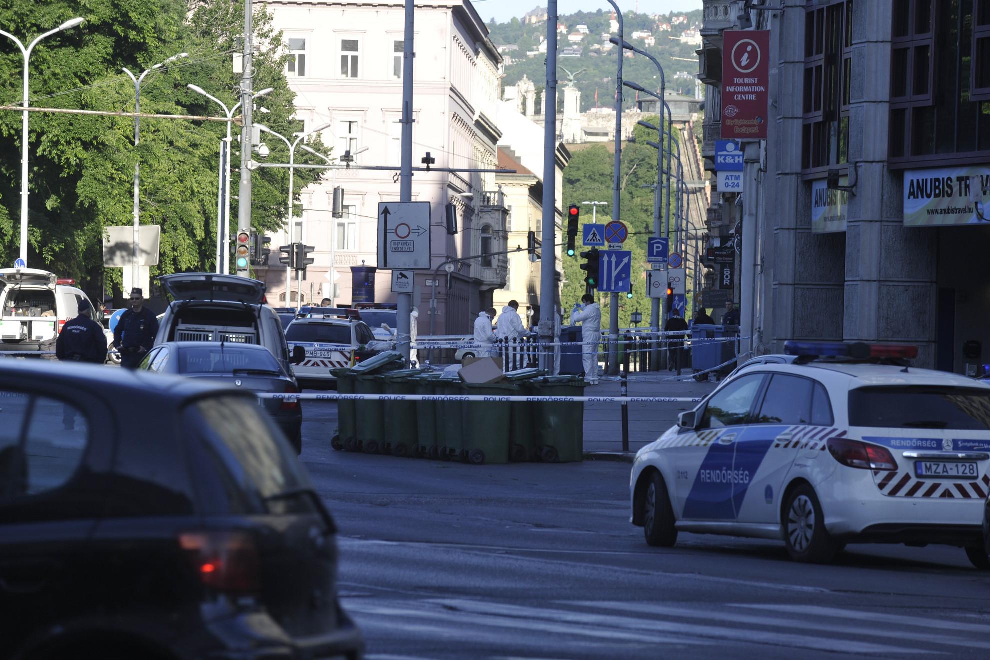 Hajnali 3 óra után értesítették a rendőrséget, hogy a belvárosban több ember összeverekedett, és többeket megkéseltek