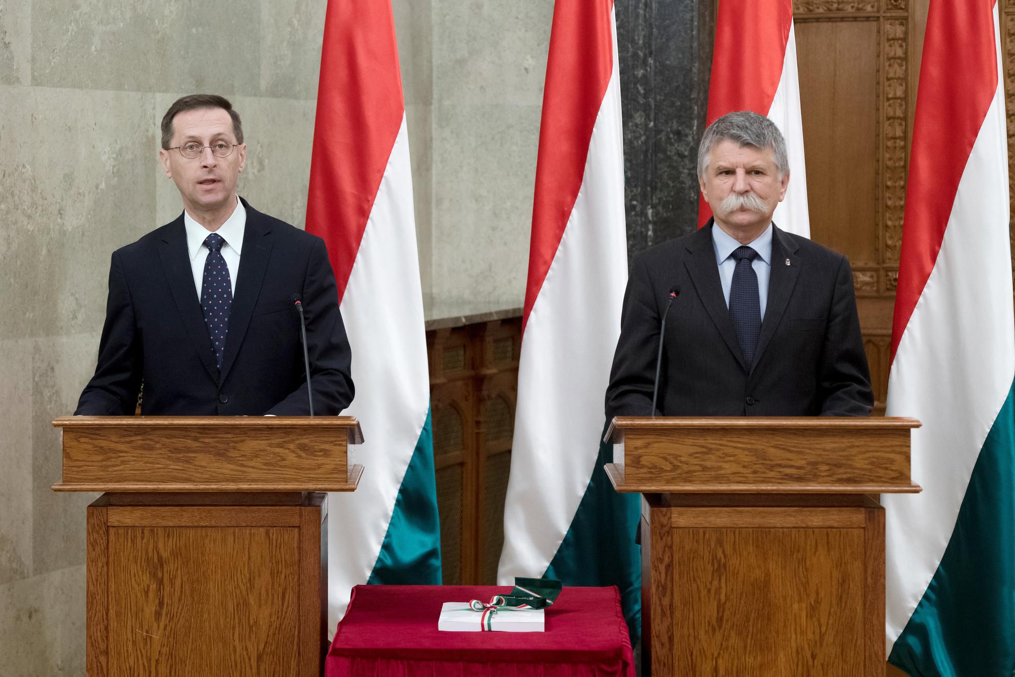 Kövér László, az Országgyűlés elnöke (j) és Varga Mihály pénzügyminiszter a 2021. évi költségvetési törvényjavaslat átadásán az Országházban 2020. május 26-án