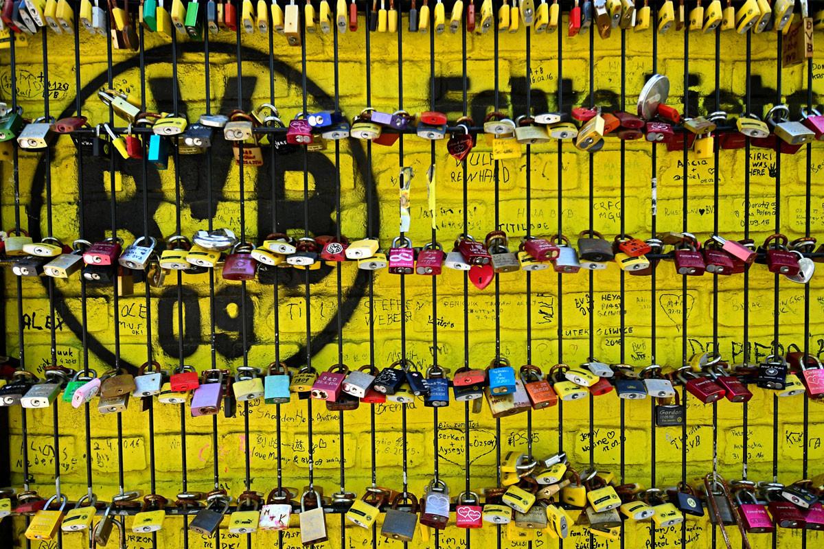 """A szurkolók """"szerelemlakatjai"""" a Borussia Dortmund stadionjának kerítésén. A kapu zárva ugyan, de a közönség lélekben jelen"""