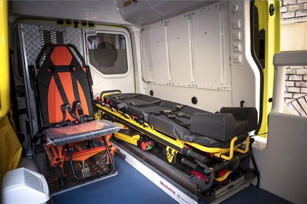 Új mentőautó a mentők napja alkalmából rendezett ünnepségen