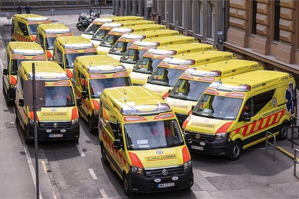Új mentőautók a mentők napja alkalmából rendezett ünnepségen, amelyen húsz autót adtak át az Országos Mentőszolgálat (OMSZ) Markó utcai székházában