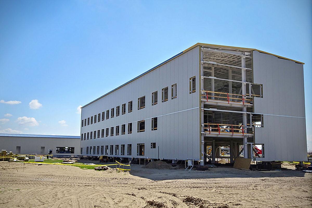 A háromszintes, nyolcszáz négyzetméter alapterületű fővállalkozói irodaépületben a második szint fölötti födém vasszerelését követően elvégezték a betonozási munkákat