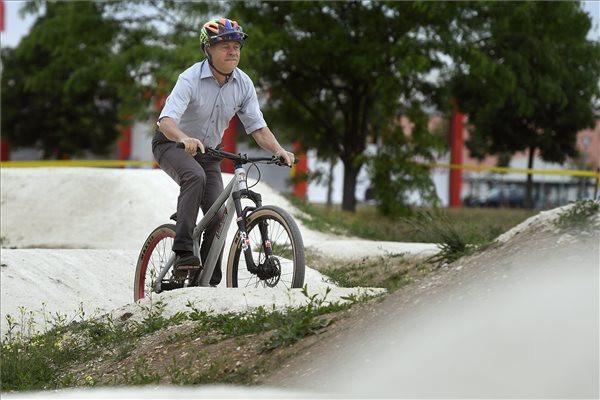 Révész Máriusz aktív Magyarországért felelős kormánybiztos egy csömöri biciklipályán az avatás napján