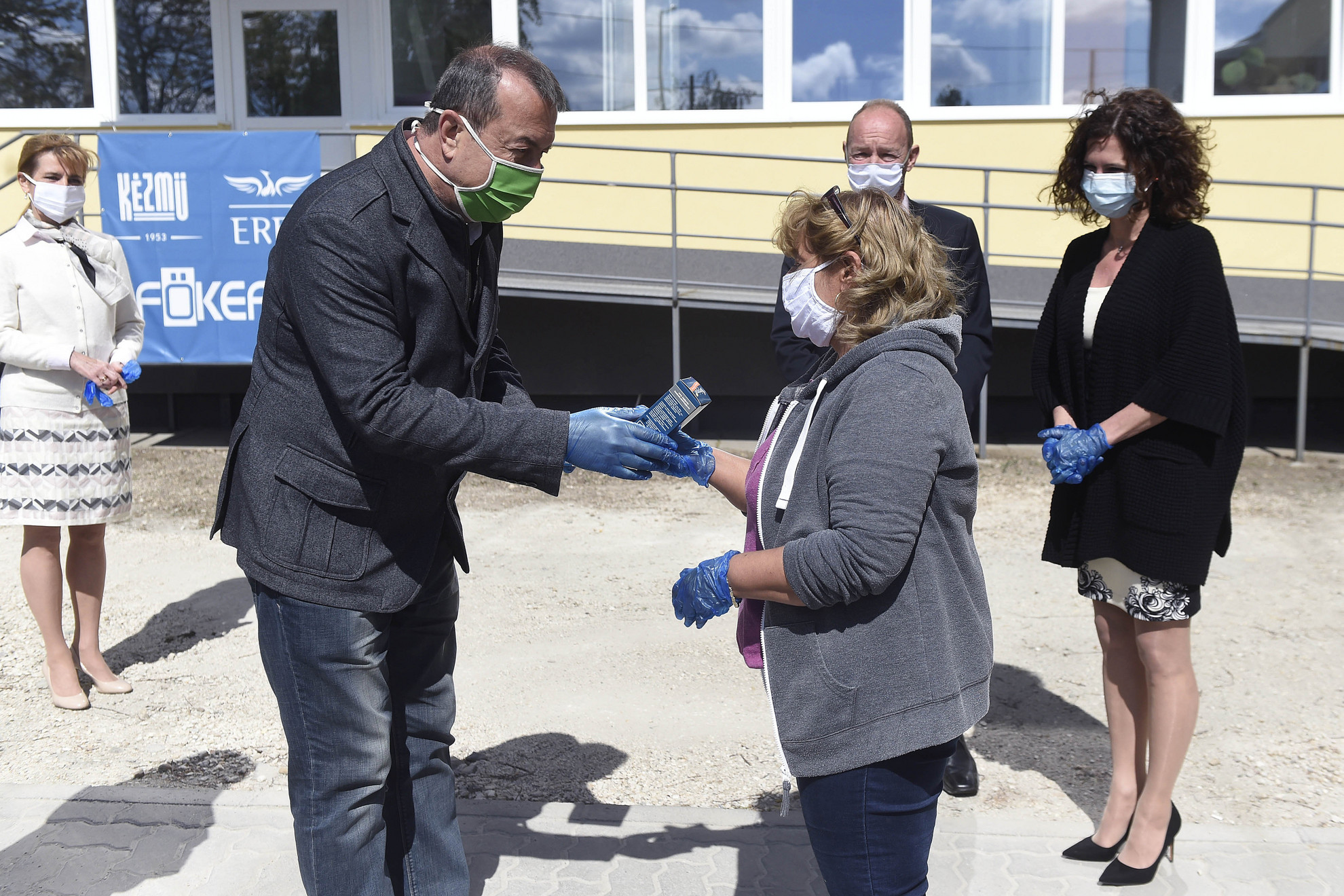A KÉZMŰ-ERFO-FŐKEFE megváltozott munkaképességű dolgozói 800 sópipát kapnak