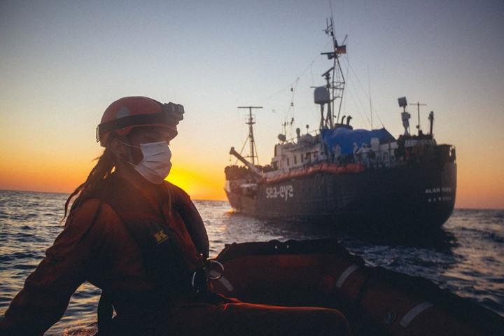 Lefoglaltak egy migránsmentő hajót az olasz hatóságok