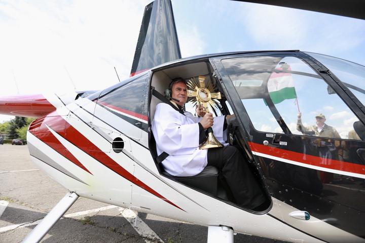 Helikopterről osztott áldást a gazdagréti plébános