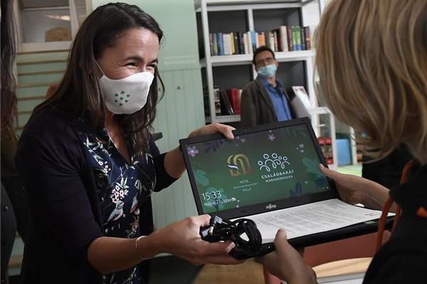 Laptopokkal segíti az egyszülős családokat a Nők Magyarországért Klub