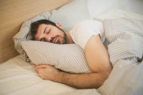 A túl kevés vagy túl sok alvás súlyosbítja a felnőttkori asztmát