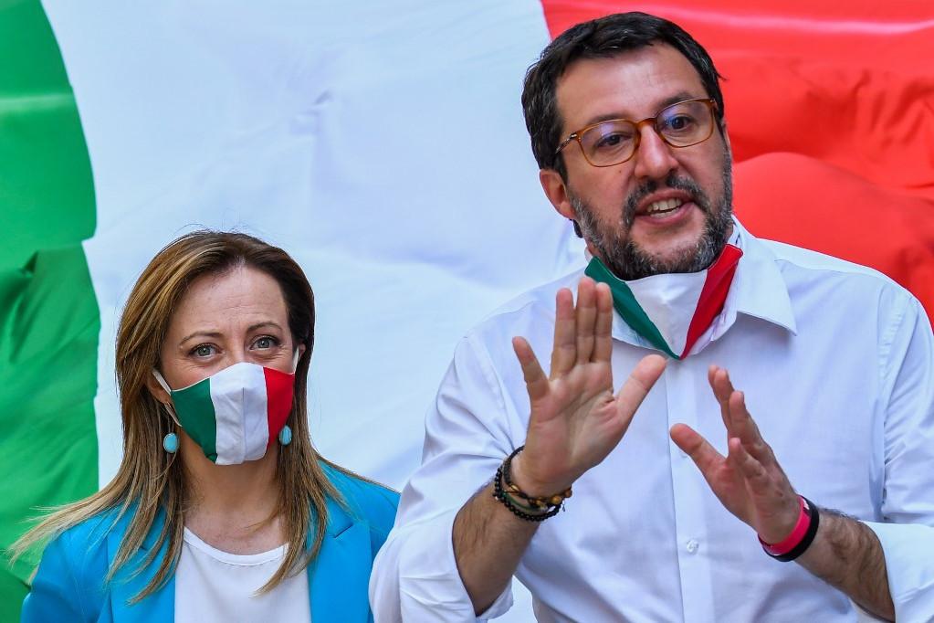 Giorgia Meloni, az Olasz Testvériség és Matteo Salvini, a Liga vezetője a keddi római tüntetésen