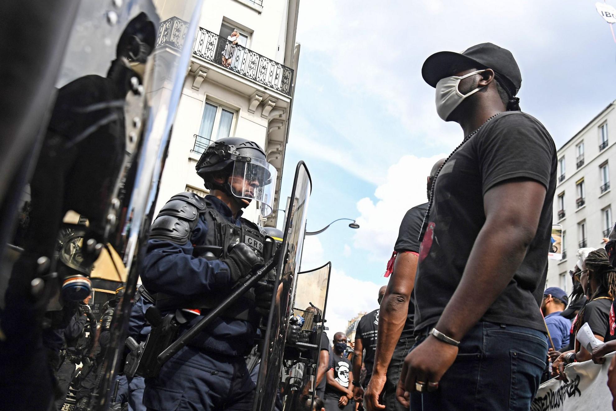 Egy férfi néz farkasszemet a sorfallal a rendőri brutalitás és rasszizmus elleni tüntetésen szombaton