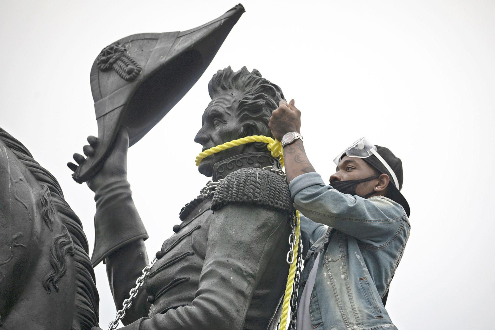 Ezúttal Andrew Jackson volt elnök nyakára került kötél Washingtonban, de a rendőrség megakadályozta a szoborlincselést, és feloszlatta a tömeget