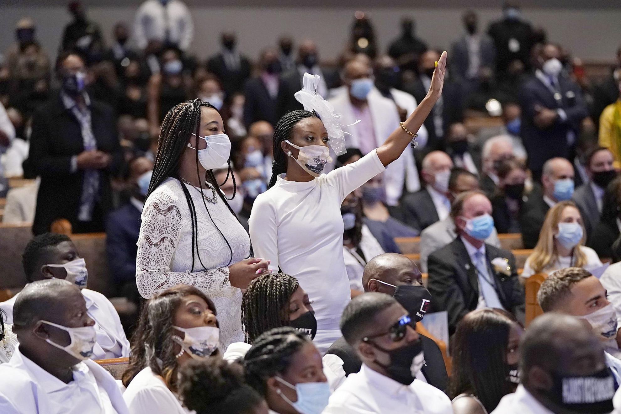 Több ezren vettek részt az év talán egyik legnagyobb hatású temetésén és az azt kísérő megemlékezésen a texasi városban