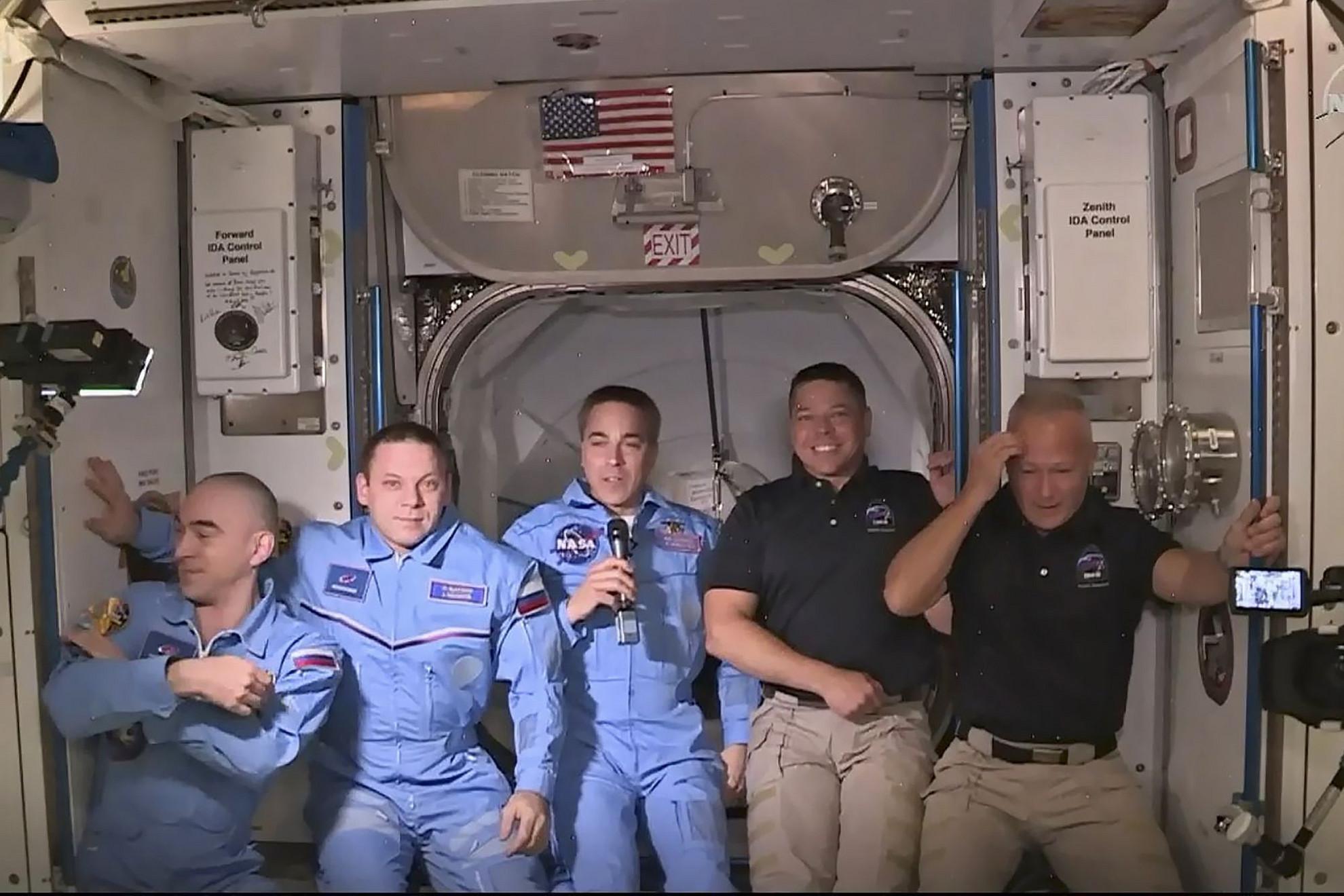 Ünneplés az ISS-en. Hurley és Behnken (jobbról) orosz és amerikai kollégáival