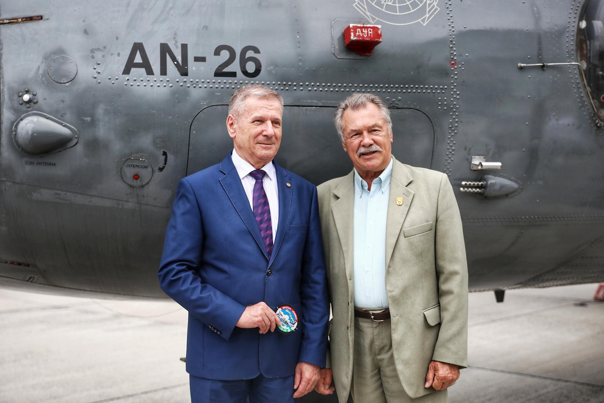 Benkő Tibor honvédelmi miniszter és Farkas Bertalan nyugdíjazott dandártábornok, az első magyar űrhajós az egyik AN-26-os gép előtt