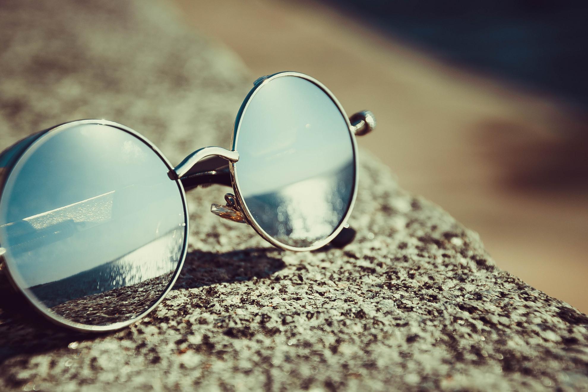 Idén is nagy sláger a kereklencsés napszemüveg
