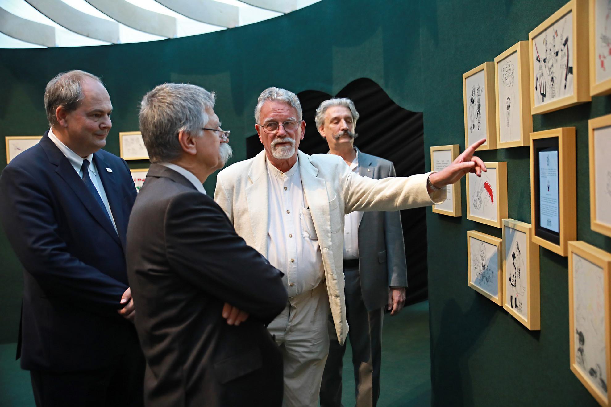 Jankovics Marcell mutatja a Trianon című tárlatának grafikáit