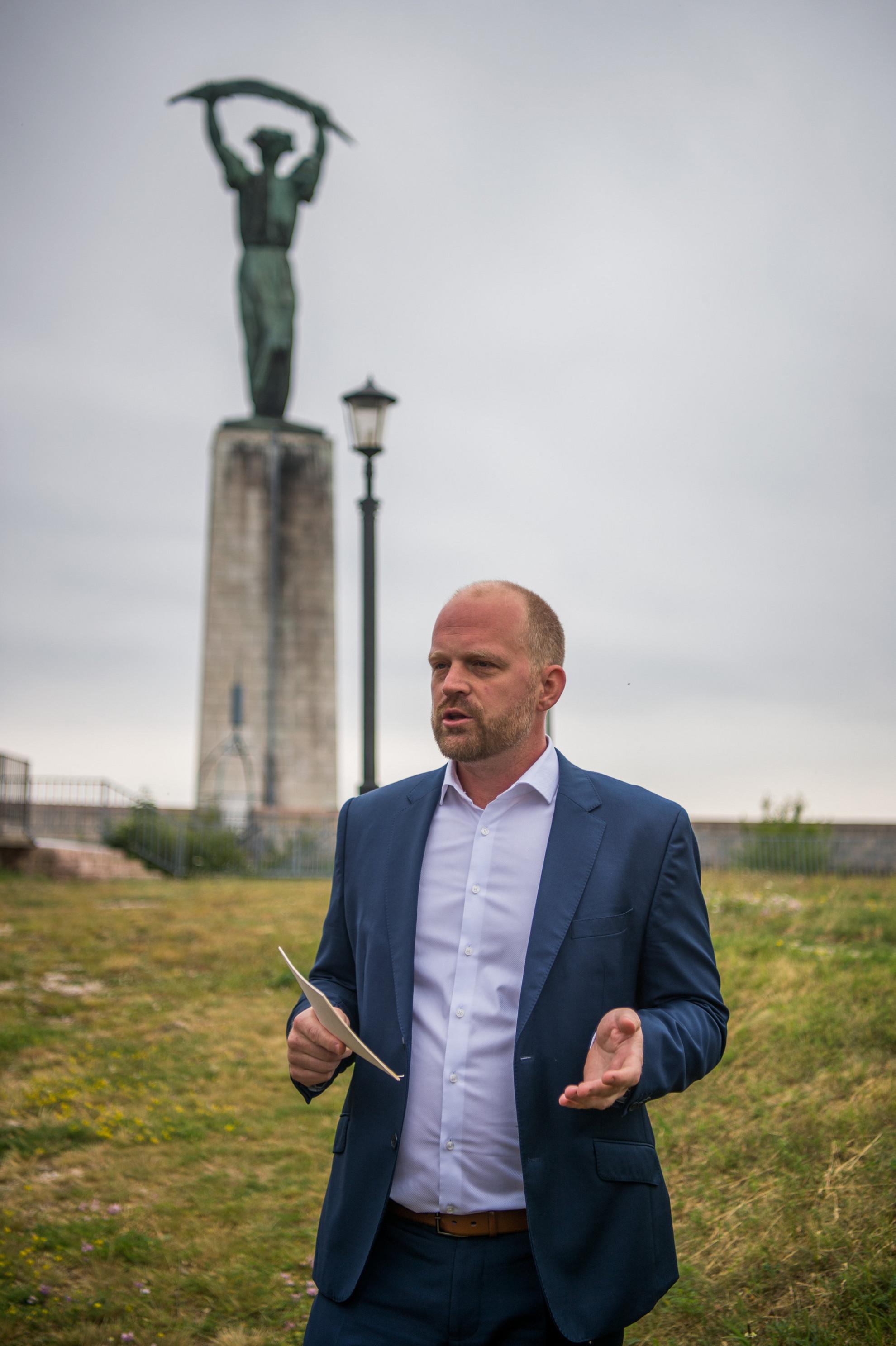 Fodor Gergely, a Budai Várnegyed területén megvalósuló kormányzati beruházásokkal kapcsolatos egyes feladatok ellátásáért felelős kormánybiztos a Citadella erőd felújítási munkálatai előtt tartott sajtóbejárásán 2020. június 8-án